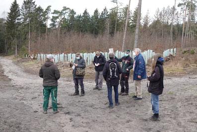 AG Waldprojekt bei einer Flächenbesichtigung mit dem Forst 2021