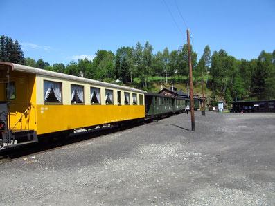 Zug mit Salonwagen am Bahnhof Jöhstadt