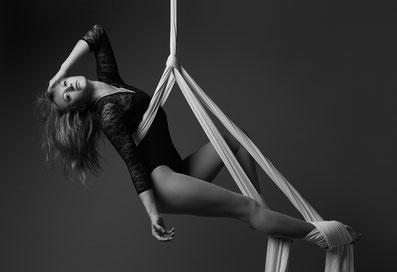 Shoulder Sling Belay Pose mit zwei Foot Keys (Fußknoten) am Aerial Silk