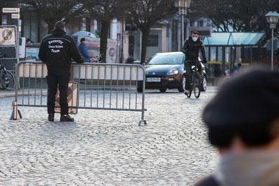 Vom Sicherheitsdienst bewachter Wochenmarkt