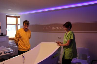 Der Stolz des Seniorenheims: die neue pflegegerechte Badewanne