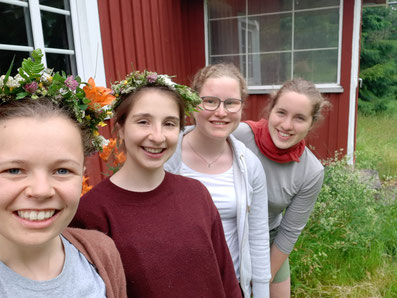 Die letzten Stunden von Midsommar genießen! - Pauline, Madeleine, Friederike und Ricarda (v.L.)