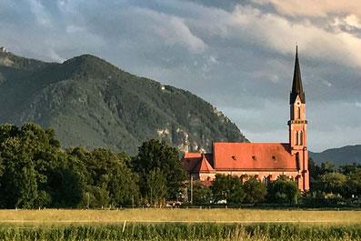 Die Tiroler Ache vor den Ferienwohnungen der Alten Gendarmerie Übersee
