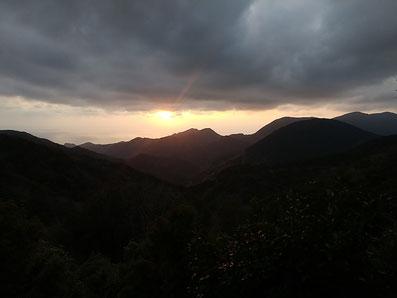 西伊豆・富貴山宝蔵院から相模湾に沈む夕日の絶景