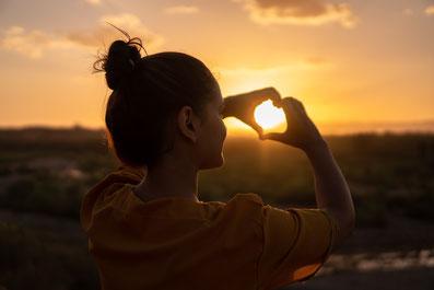 femme soleil mains en coeur confiance avenir