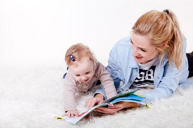 bébé découvre livre sensoriel avec maman