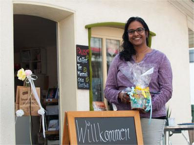 Tanja Saxer vor ihrem Geschenk- und Backhüsli in Rüti. Bild: zvg