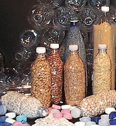Con il SOTTOVUOTOMANUALE conservi facilmente per lunghi periodi alimenti secchi riutilizzando le bottiglie di plastica dell'acqua minerale