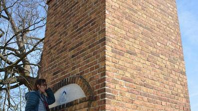 """Sabine Brückner, Sprembergs neue NABU-Regionalverbands-Vorsitzende, schraubt die Plakette """"Wir geben der Fledermaus ein Haus"""" am Hornower Trafoturm fest an."""