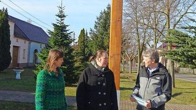 Hendrik Zank und Diana Schulze von der Leag haben mit der Spremberger NABU Spremberg-Chefin Sabine Brückner einen Schwalbenturm an der Dorfaue eingeweiht