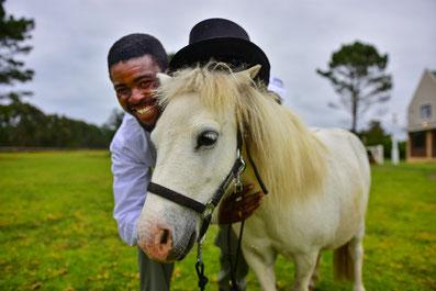 Mitarbeiter Alan mit Pony Marshmellow