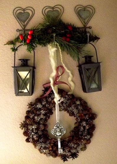 türdeko weihnachten,diy weihnachtsdeko,tannenzapfen diy,tannenzapfen,tannenzapfen,tannnenzapfen basteln,tannenzapfen deko,weihnachten eingangstür
