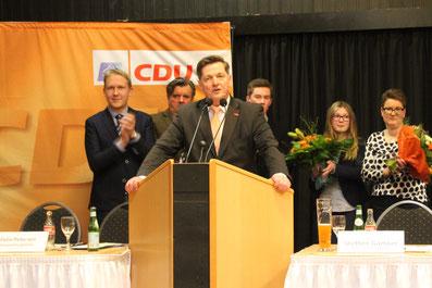 (v. l. n. r.): Felix Petersen (Versammlungsleiter), Uwe Dorendorf (CDU-Kreisvorsitzender Lüchow-Dannenberg), Eckhard Pols und dessen Familie.
