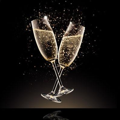 Champagner dient in diesem Fall als Sinnbild für Leichtigkeit, Lebenslust und das Erkunden von Freude und guten Gefühlen.