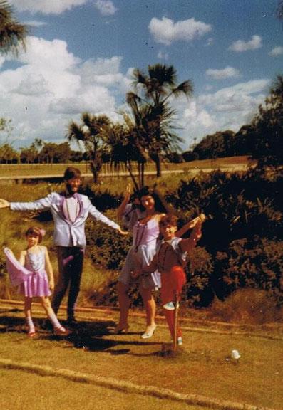 Adhara, Avinash, Pyari e Atman em Brasília, 12 de fevereiro de 1985, depois do casamento dos dois