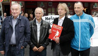 v.l. Flohe Berater Rüdiger Schmitz, Ex-Mitspieler Jürgen Jendrossek, Frank Steffan und Nino Flohe