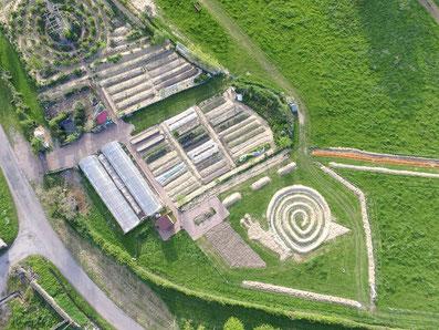 Vue aérienne du jardin permaculture en mandala et du chemin pieds nus