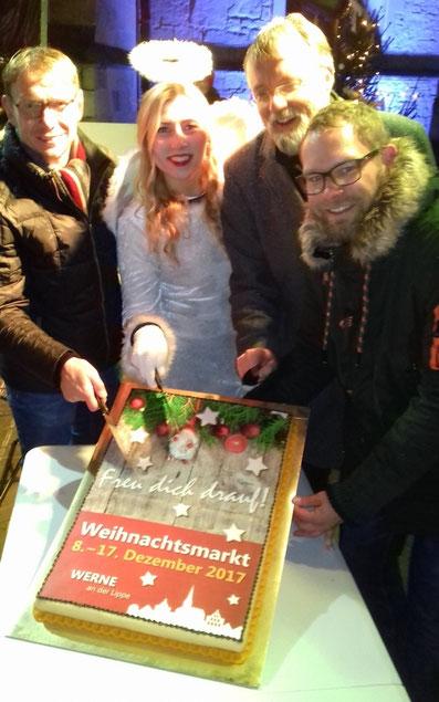 Auf dem Bild: Zum Auftakt gab's Baumkuchen für alle (v. l.) Bürgermeister Lothar Christ, Engel Rika, Pfarrdechant Jürgen Schäfer und Veranstaltungsmanager David Ruschenbaum die Besucher.
