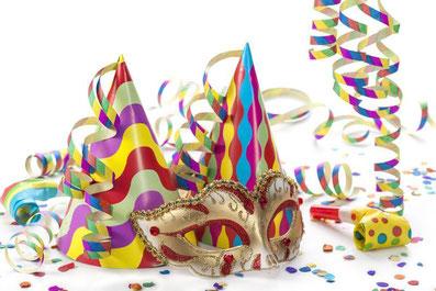 Karnevalsmaske und Konfetti