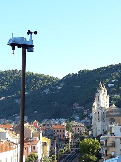 La nostra stazione meteo, sullo sfondo la chiesa parrocchiale di san Matteo di Laigueglia.