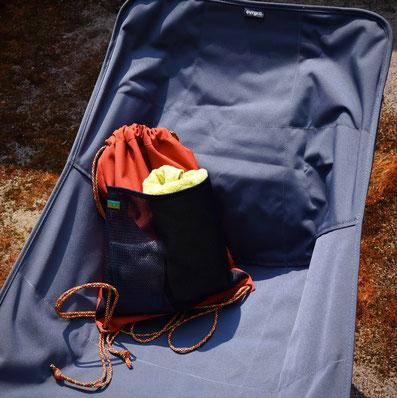 テツオミシンのナップサックにタオルを入れた写真