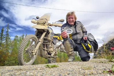 """Gleich kommt er auf meinen Koffer, der Aufkleber """"I survived the Dempster Highway"""". 1.766 Kilometer Piste liegen hinter mir."""