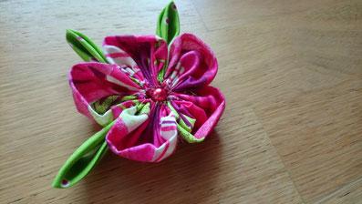 Photo de la broche à réaliser pendant l'atelier DIY: broche ornée d'une fleur en tissu et de ses pétales assortis