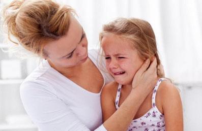 Mamá con su hija que llora