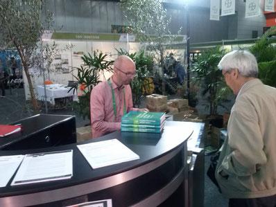 """Das Buch """"Horticulture: Plants for People and Places"""" wurde auf dem Internationalen Gartenbauwissenschaftlichen Kongress in Brisbane am Stand der ISHS vorgestellt."""