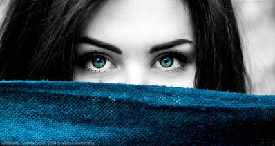 Bei ständigem Blickkontakt, scheint die Person gefallen an dir gefunden zu haben. Ein gutes Zeichen.