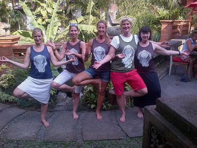 Ubud Yoga-T-Shirts und Asanas mit Veronika auf Bali.