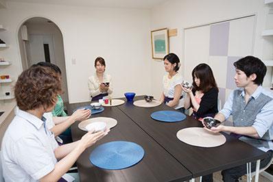 モダンに楽しむテーブル茶道画像