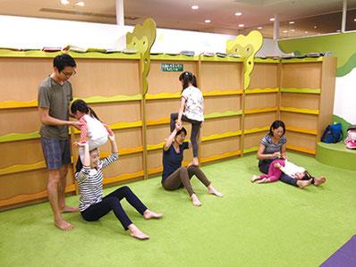 じゅうたん敷きのスペースで楽しく親子のワークショップ♪(前回の講座風景)