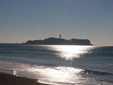 講座が終わる時間帯には、江の島に太陽が沈む美しい夕景を眺めることもできます。