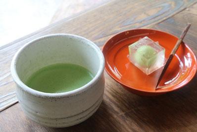浄妙寺喜泉庵では抹茶と季節の生菓子を楽しめます。