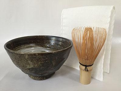 初めての参加者には自宅での練習やお点前に使える「茶巾・茶筅・茶碗」を進呈。