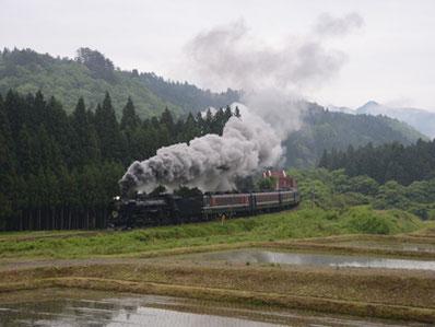 """信越本線、磐越西線を走る「SLばんえつ物語」は、その優美な姿から""""貴婦人""""という愛称で親しまれてきた。"""