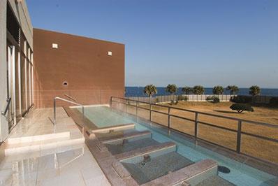 目の前に海と空が広がる眺望露天風呂(SPASSO)。当日中は何度でもご入浴いただけます。