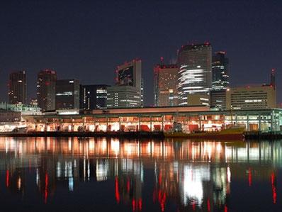 船から見る夜景と市場(イメージ)