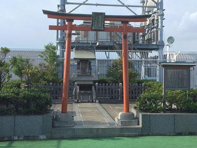 11月12日(土)の第3回は、京急百貨店屋上の京急稲荷に着物姿でお参りし、思い出の一枚を撮影します。
