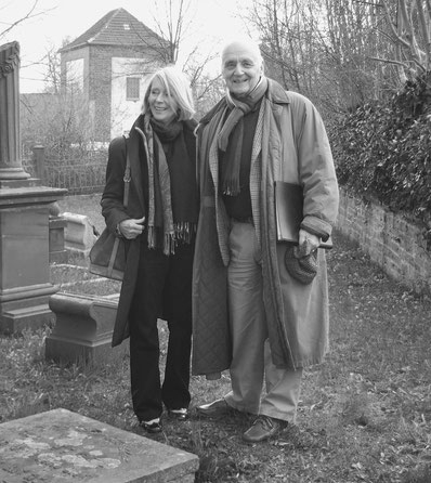 Elisabeth Hasenjäger und Ulrich Hausmann (Initiator der Stolpersteine für die Familie Frank) auf dem jüdischen Friedhof (Foto: Jens Meier)