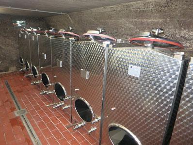 Edelstahltanks im Weinkeller