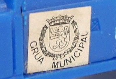 El escudo de la ciudad de Zaragoza en el Land Rover grúa.