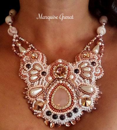 photo-collier-plastron-brode-blanc-et-rose-presente-sur-modele-vivant-femme