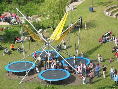 Marienburger Strasse in Pankow, ein Fest mit Musik und Trampolin für Kinder. Foto: Helga Karl