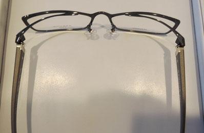 上から見るとよく分かる変わった構造のメガネ。国産眼鏡の高い技術がぎゅっと詰まったメガネです。