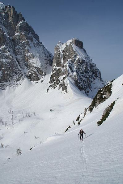 Im Westen sind es die beeindruckenden Ausläufer der Montasch Nordwand