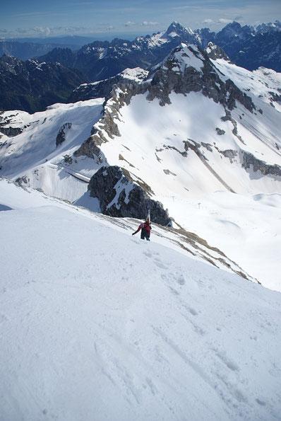 Ausstieg aus der Steilflanke, im Hintergrund Mangart und Jalovec