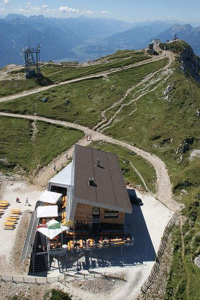 Der Gipfel und das Gipfelhaus einmal aus einer anderen Perspektive, im Hintergrund das Gailtal