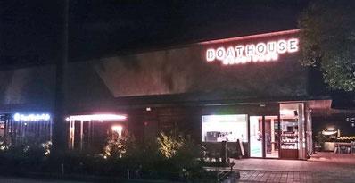夜のボートハウス。右側がピンクベリー、左がロイヤルガーデンカフェです。